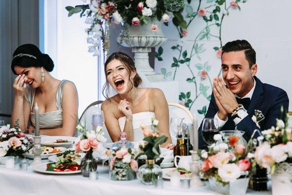 Hochzeitsfeier ; Essen ; Trinken ; lachen ; gute Laune ; Braut ; Trauzeugen ; Freund ; Freundin ; Tisch ; Deko