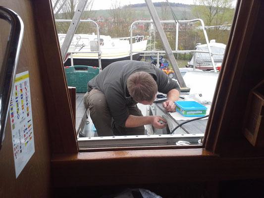 Achterkabinenfenster eingeschraubt und eingeklebt, Besten Dank Walli !