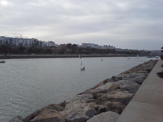 auf dem Fluß Bouregreg wird auch gesegelt, mitten in Rabat