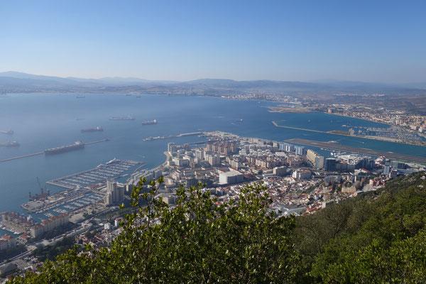 Blick auf Gibraltar und la Linea im Hintergrund, an der Landebahn : die Grenze