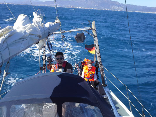 Nathalia und Roman treffen wir an der spanischen Grenze und der Golfo de Roses pfeift ganz schön !
