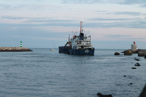 Pumpschiff hält die Einfahrt frei