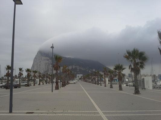 Blick von Linea nach Gibraltar, bei Ost- und Westwind herrscht fast immer bewolktes Wetter in Gib. Standesgemäß.
