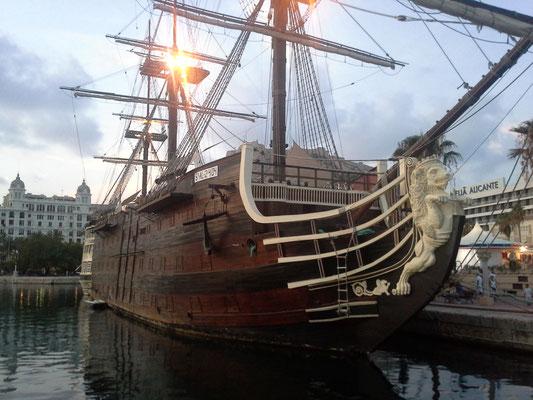 Santissima Trinidad - ehemaliges Flaggschiff der spanischen Flotte , hier originalgetreuen Nachbau als Restaurant