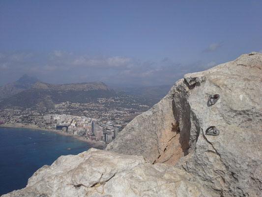 Mittagspause kurz unter dem Gipfel, Kletterhaken rechts erinnern an alte Vorhaben