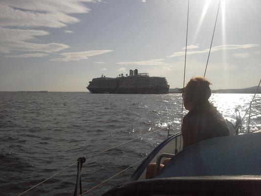 in der Hafeneinfahrt nach Alicante werden die Schiffe deutlich größer