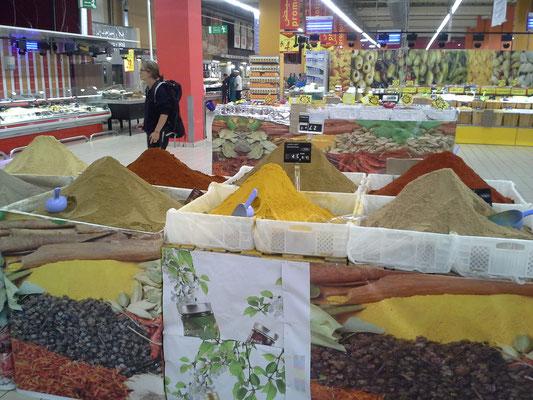 Gewürze werden auch im Supermarkt so angeboten
