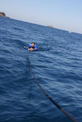 Roman übt sich als mobiler Schleppanker in der Wasserhängematte