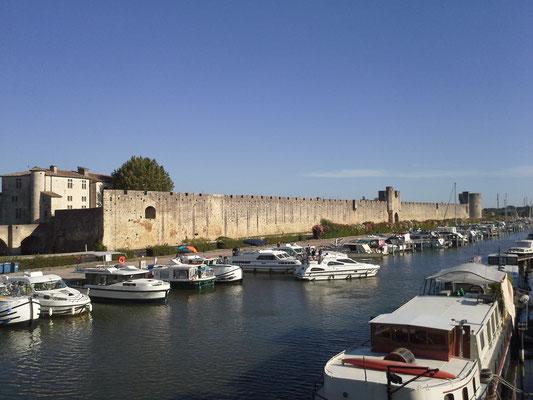 Aigues-Mortes - kaum gibt´s wieder Kanäle gibt´s auch wieder Hausboote en masse