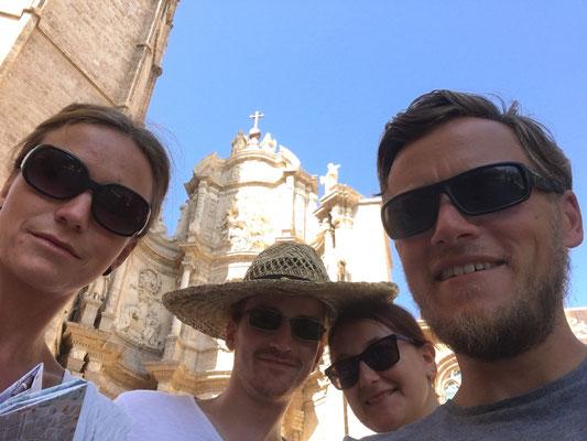 Selfie vor DEM heiligen Gral, zumindest ist er angeblich hinter uns und er kostet auch nur 6 Euro/Person zum Anschauen ;)