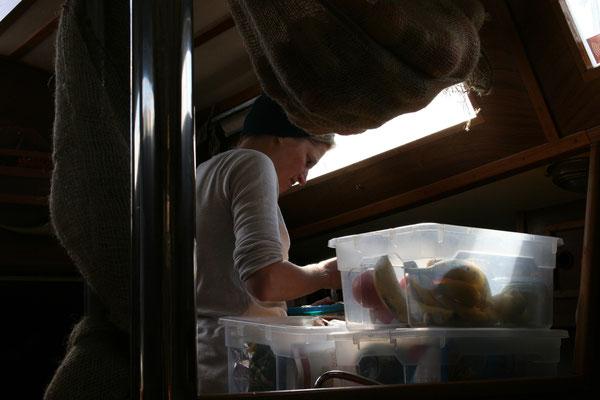 Natalja backt den ersten Kuchen an Bord und sichert sich damit lebenslanges Mitfahrrecht