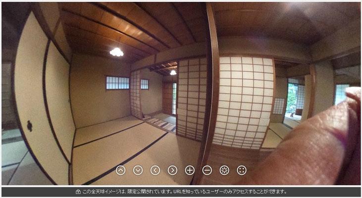 左が玄関です。上がり框の奥に3帖の間があります。右が表から見える茶室です。