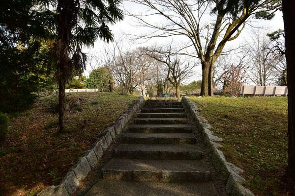 入場門を通ってすぐに右に。一本道を登っていくと階段に。登りきって左に