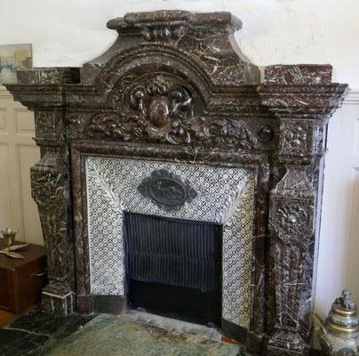 Marbre, céramique et bronze pour le médaillon représentant un cerf. Les plaque de céramique, très sombres à l'origine, ont été repeintes en partie en blanc. Vers 1880, rue des Chalets