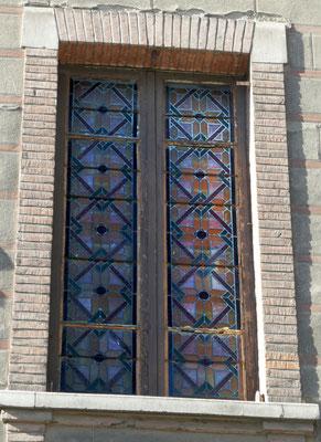 Petite rue Saint-Lazare (angle pl. Jeanne d'Arc). Fenêtre condamnée de l'intérieur, probablement cage d'escalier.