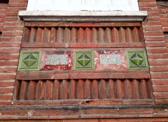 Rue Falguière, séduisant appareil pour cette allège de fenêtre (cabochons, plaques de faux marbre, briquettes...)