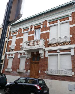 1923, Cournac architecte et propriétaire. Beau vitraux derrière les volets.