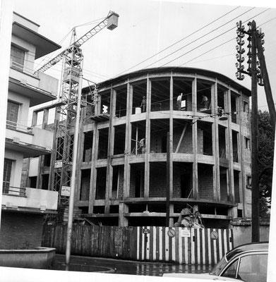Construction de l'immeuble de la Coopérative des Chalets après destruction d'une villa avec jardin (été 1960)