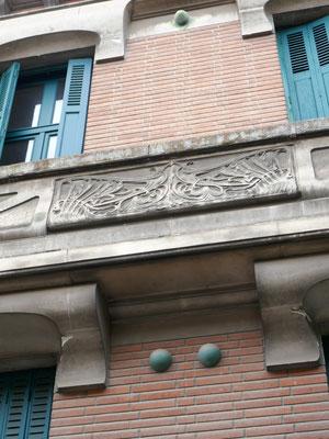 Rue Perbosc, belle façade 1900, avec cabochons montés collés au mur ou avec un relief qui renforce l'ombre. Balcon en pierre (reconstituée ?)
