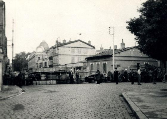 Barricade aout 44 place Roquelaine (vue depuis la rue Falguière)
