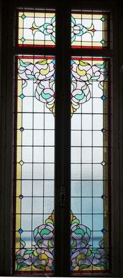 on arrive dans un couloir éclairé par une fenêtre au décor doux  (1908).
