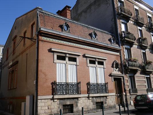 Rue de la Balance. Frise de céramique, vitraux.