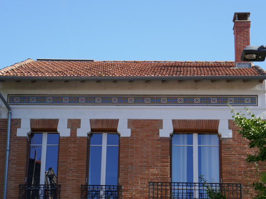 Rue de Coulmiers. H. Masquet, architecte 1926. Longue frise en mosaïque.
