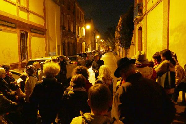 Rue Perbosc, près de 40 personnes écoutent l'histoire du quartier