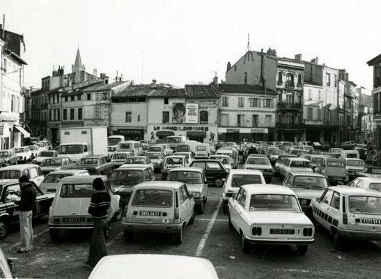 Après le déménagement du marché en 1964, la place devient un parking, ici en 1978 (Archives Municipales)
