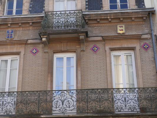 Façade très soignée : cabochons, mosaïques (37 rue de la Balance, architecte Frezoul vers 1910)