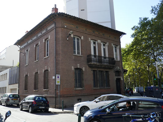 Rue de Chateaudun, angle du boulevard vers 1900. Baie vitraillée. Feuilles de marronnier