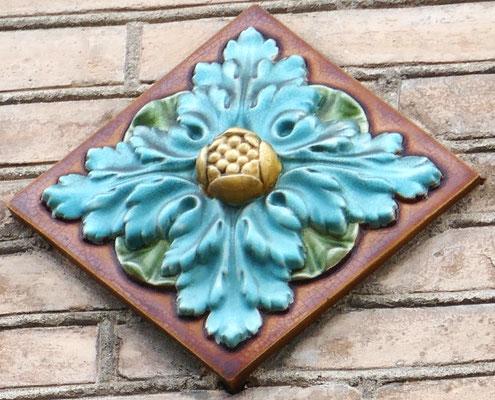 Feuille d'acanthe, fleur de chardon (?) Assez courant dans le quartier, disposé en losange ou en carré