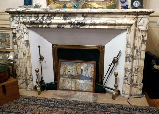 Vers 1880, rue des Chalets. Le marbre semble d'origine Toscane (?)