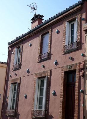 Rue Saint-Honnest, 19. Le relief est marqué par les cabochons de différentes formes