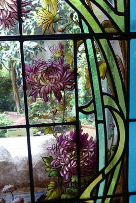 et des chrysantèmes japonisants