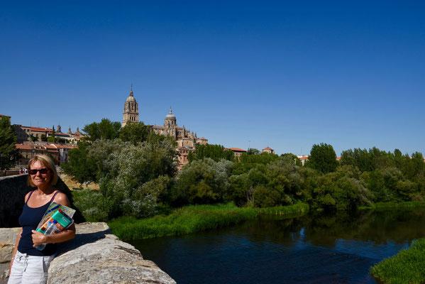 Zicht op de stad van aan de rivier 'Tormes'