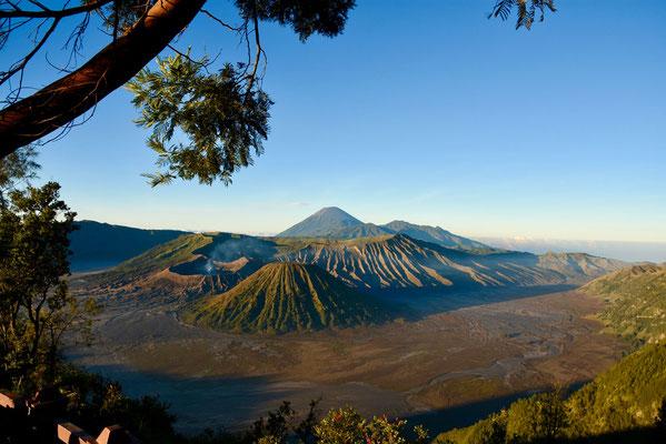 Zicht op Bromo-vulkaan kort na zonsopkomst