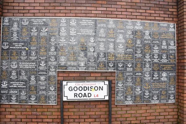 Muur waar overleden supporters hun naam vereeuwigen