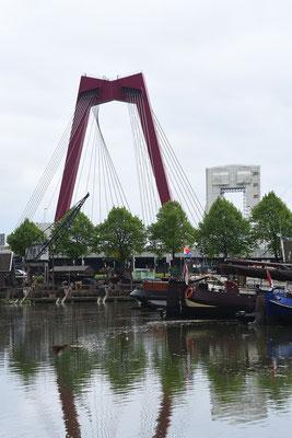 Zicht op Willemsbrug van uit de oude haven