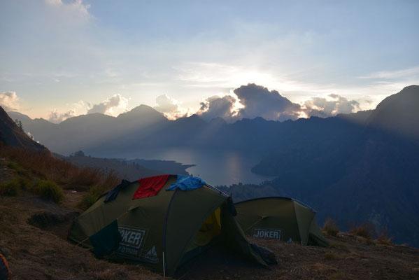 Het kratermeer van Gunung Rinjani in de ondergaande zon