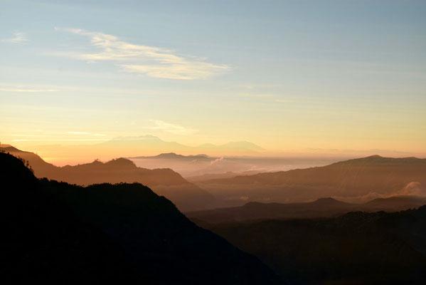 Het eerste ochtendgloren bij de Bromo-vulkaan