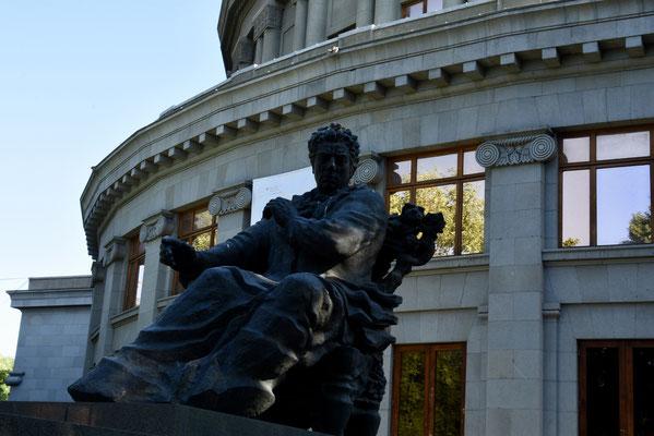 Het statige operagebouw met standbeeld van de componist Chatsjturian