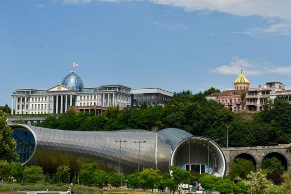 Music Hall nabij het Rike-park met op de achtergrond het officiële verblijf van de president