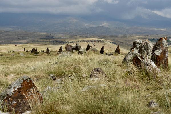 Alle zuilen zijn basalt en sommigen wegen tot 10 ton
