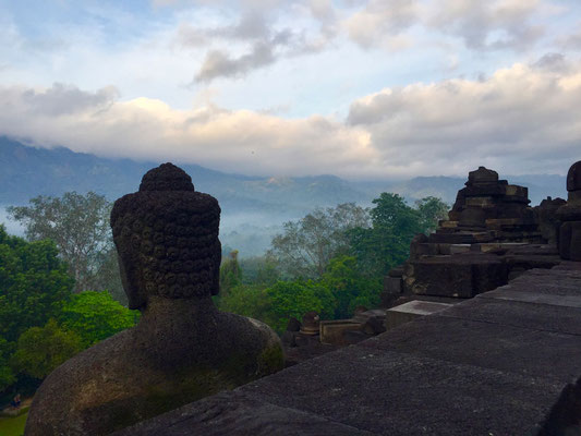 De in mist gehulde vallei die Borobudur omringt