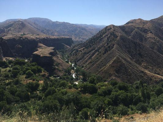 De prachtige vallei van Garni Gorge met ver op de achtergrond Havuts Tar Monastery