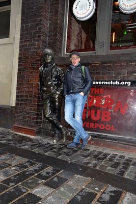John Lennon (links wel te verstaan) aan 'The Cavern Pub'