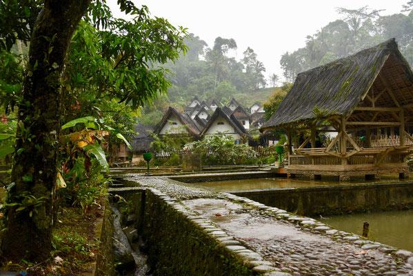 ...waar men nog leeft volgens de oude tradities zonder stromend water en elektriciteit