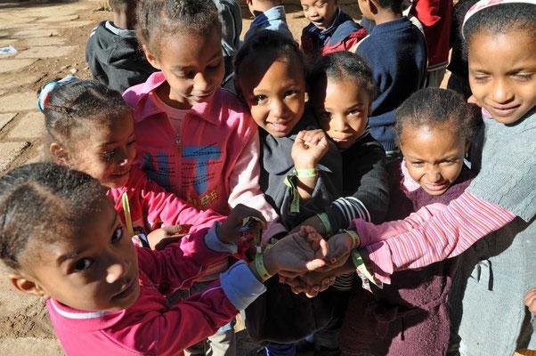 Alle leerlingen ontvingen een 'Gloob-armbandje