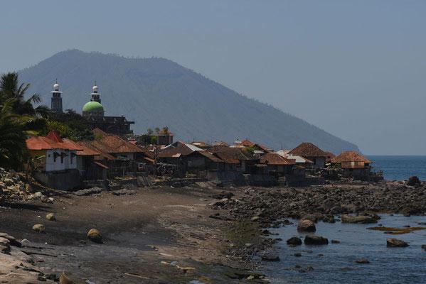 Dorp aan de kust nabijhet blauwe keienstrand van Pengajawa